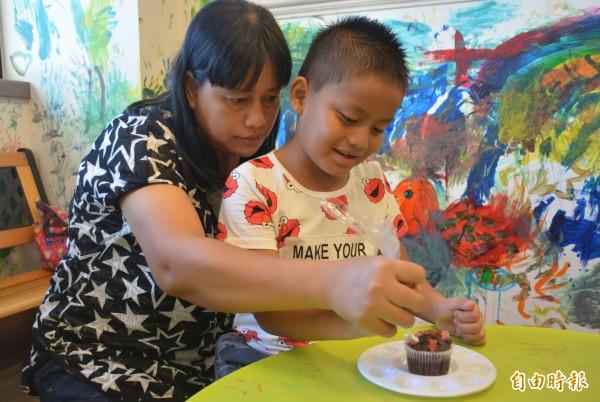 花蓮翰品酒店為搶攻親子市場,推出「繽紛彩虹派對」,邀家長與孩子一起在占地150坪大的歡樂森林中彩繪杯子蛋糕。(記者王峻祺攝)