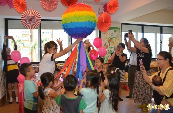 獲得亞洲最佳親子飯店的市區某知名飯店,邀請孩童在占地150坪大的歡樂森林中舉辦「繽紛彩虹派對」,並頒發「森林小博士」殊榮,預計將要率先搶攻開學後的第一波在地親子市場。 (記者王峻祺攝)