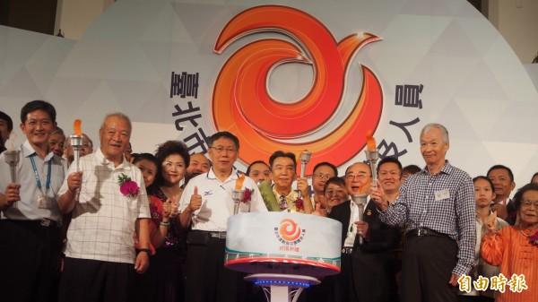 台北市長柯文哲與運動領域得獎者出席北市106年運動有功團體及人員表揚典禮。(記者蔡亞樺攝)
