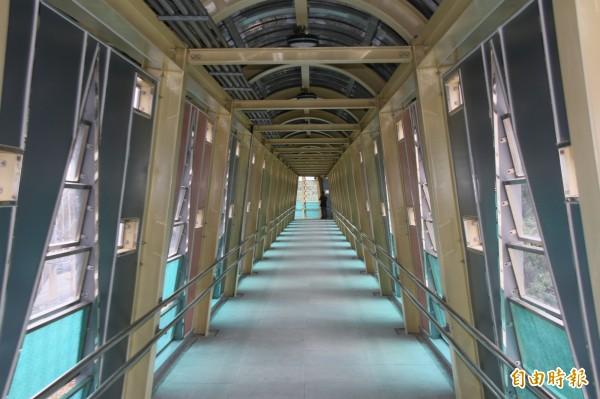 長安社區直達百福車站天橋,簡潔明亮。(記者林欣漢攝)