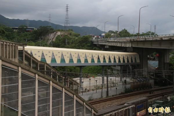 長安社區天橋直達百福車站,工程已完工,將於10月初正式啟用。(記者林欣漢攝)