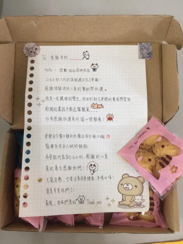 女學生寫信並寄送手工餅乾感謝分隊。(後龍消防分隊提供)