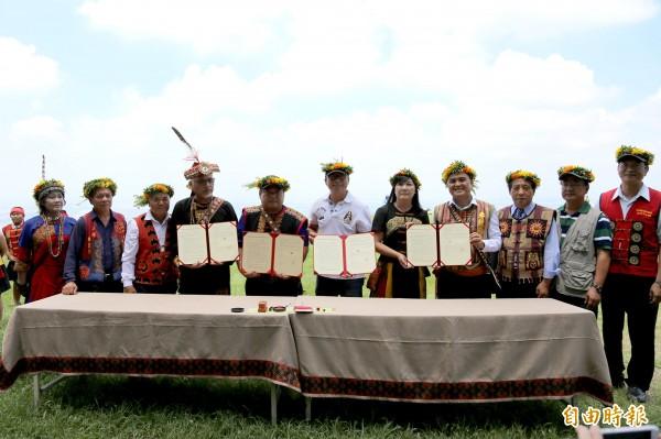 業者攜手部落舉行簽約儀式。(記者邱芷柔攝)