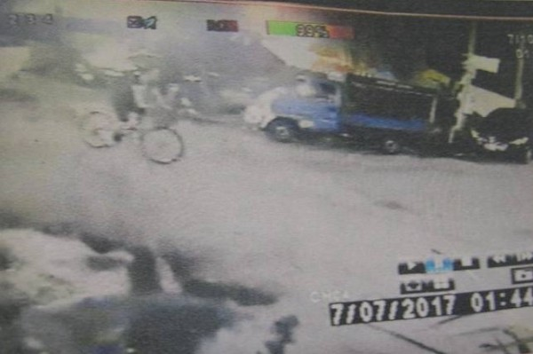 警方調閱監視器,發現陳姓男子騎腳踏車,身穿與落水者相似的衣物。(記者林宜樟翻攝)