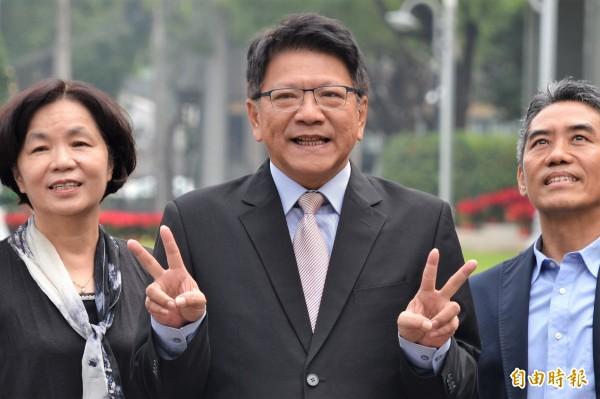 媒體調查,屏東縣長潘孟安(中)的施政滿意度勝過陳菊。(記者侯承旭攝)