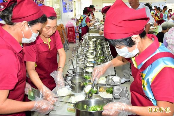 五結鄉推動老人共餐,不便出門者則由志工打包便當送至長者家中。(記者張議晨攝)
