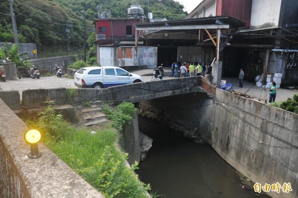 深澳坑溪下游無名橋橋墩佔據河道三分之一,每次大雨就會造成上游淹水溢堤,地方期盼能夠改建。(記者俞肇福攝)