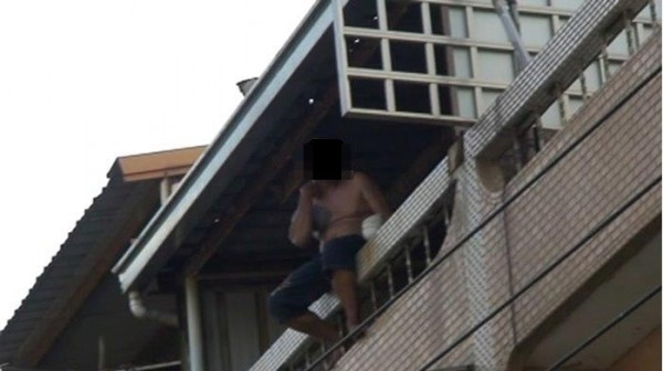 柯姓男子赤裸上身,還抱著瓦斯桶拒捕。(記者林宜樟翻攝)