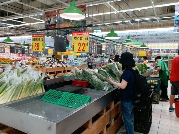 泰利颱風來勢洶洶,賣場防颱商品備貨量皆較平日倍增,部份生鮮蔬果備貨量更大增3倍,預估將帶動整體業績成長2成以上。(業者提供)