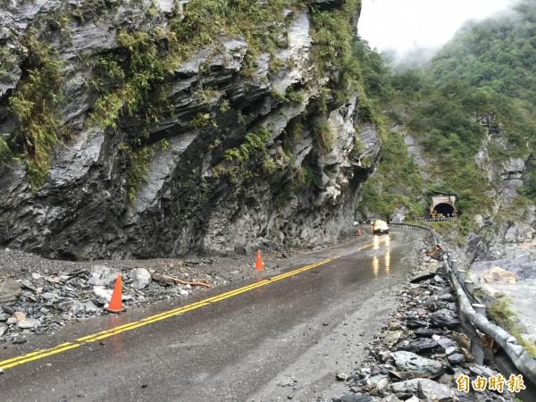 中橫公路落石頻傳,公路總局今年盤點出34處易落石危險路段進行改善。(記者王峻祺攝)