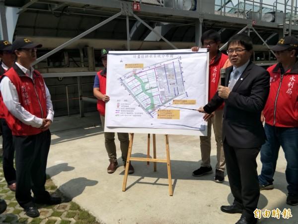 台南代理市長李孟諺(右二)今日視察九份子抽水站。(記者邱灝唐攝)