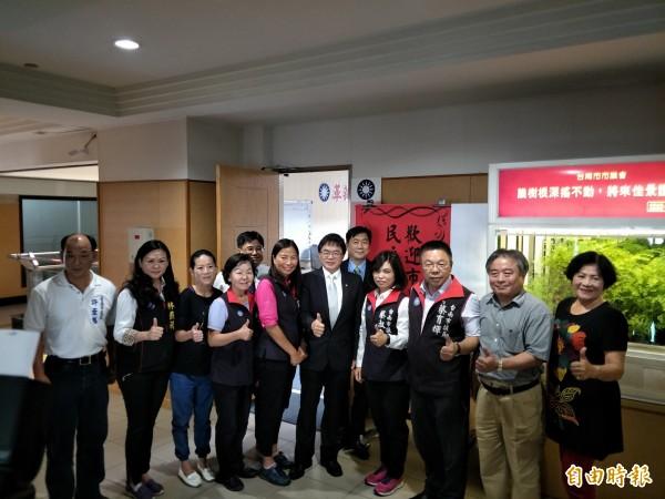 台南市議會國民黨團貼出紅紙,稱讚代理市長李孟諺上任「民主有望」。(記者邱灝唐攝)