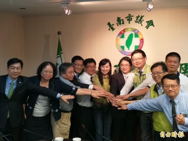 台南市議會民進黨團替代理市長李孟諺加油打氣。(記者邱灝唐攝)