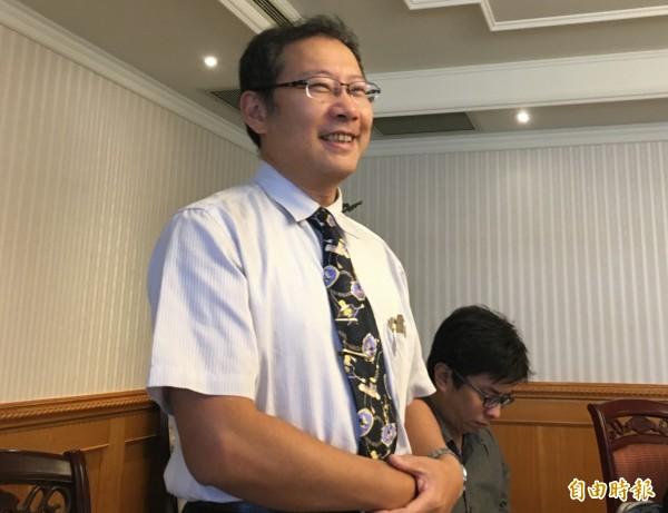 台灣私立醫療院所協會理事長朱益宏轉述,公平會認為,私立醫療院所颱風天一起休診恐違法。(記者林惠琴攝)