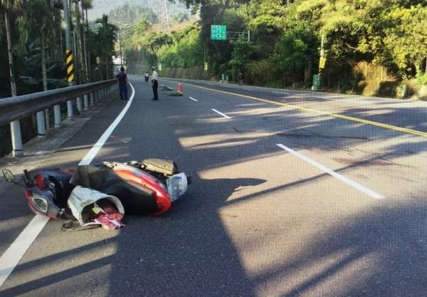 婦人騎機車疑似違規迴轉,不幸遭駕駛廂型車的司機撞死。(記者劉濱銓翻攝)