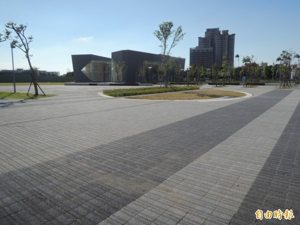 國立台灣科技大學新竹校區近日拆除部分鐵皮圍籬,準備啟用首棟建築-前瞻研發中心大樓。(記者廖雪茹攝)