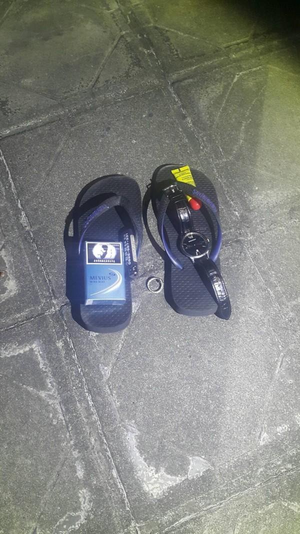 警方在頂樓發現墜樓男子留下的拖鞋(記者曾健銘翻攝)
