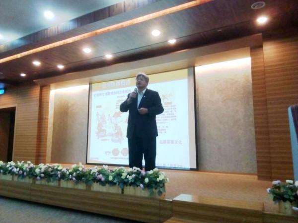 台南市民族事務委員會主委汪志敏說明「台南市推動族群主流化政策實施綱領」。(台南市政府提供)