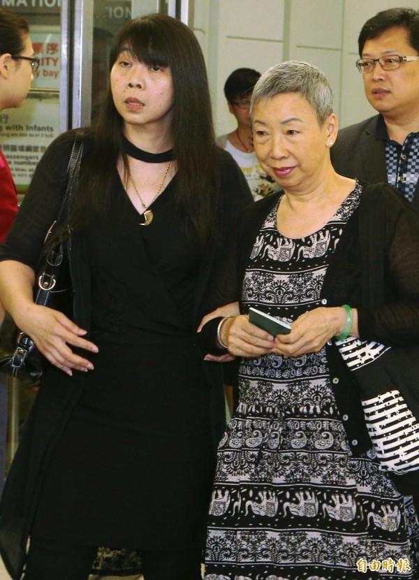 李明哲的母親與妻子李凈瑜晚間搭機返國。(記者姚介修攝)
