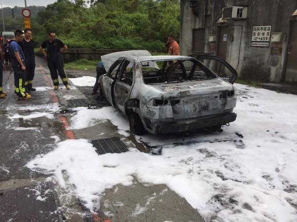 消防隊員迅速把火勢撲滅,但車子只燒到剩支架(記者吳昇儒翻攝)