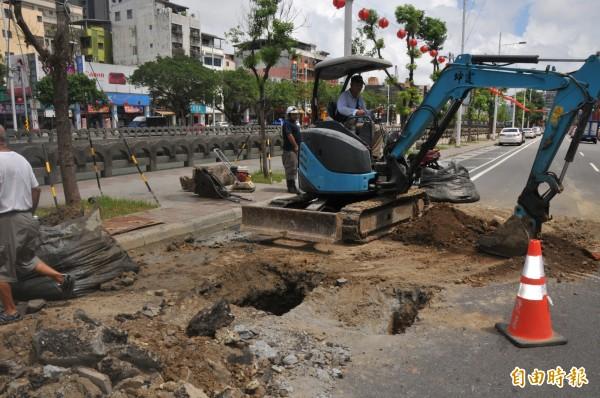 基隆仁一路排水堵死,市長林右昌怒轟水公司「不可原諒」。(記者林欣漢攝)