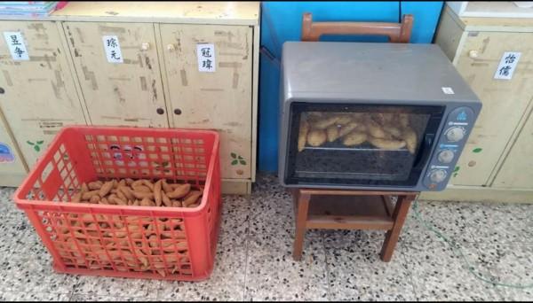 名間鄉田豐國小老師林鶴林用烤箱一次可烤30條地瓜。(林鶴林提供)