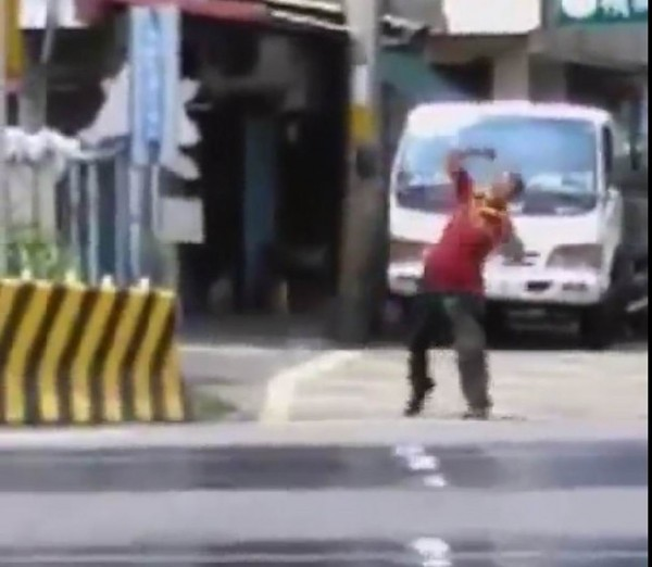 醉男在平交道旁朝消防員狂砸石頭,險象環生。(翻攝自臉書社團彰化人大小事)