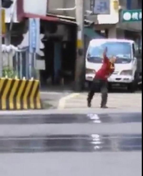 醉男在平交道旁朝消防員狂丟石頭,砸中救護車,險象環生。(翻攝自臉書社團彰化人大小事)