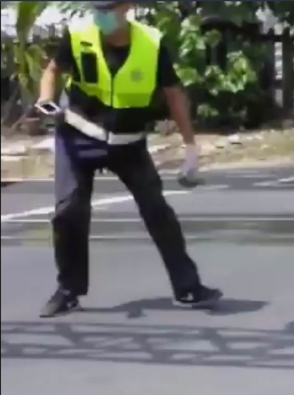 醉男在平交道旁朝消防員狂丟石頭,消防員冒險撿拾平交道上的石頭,相當驚險。(翻攝自臉書社團彰化人大小事)