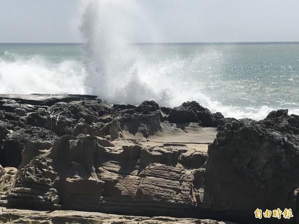 東岸海浪約2米。(記者蔡宗憲攝)