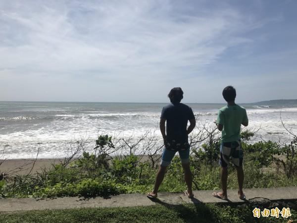 東岸海浪約2米,遊客觀浪。(記者蔡宗憲攝)