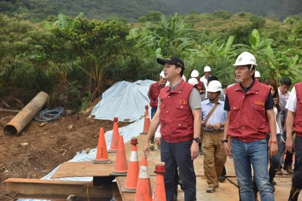 新北市長朱立倫上午參加防颱會議後,隨即前往萬里區視察道路復建工程。(新北市政府提供)