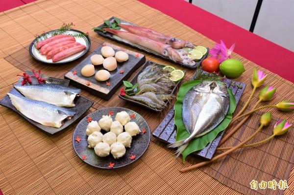 蘇澳區漁會今年推「鱻宴」海鮮禮盒,內含6項新鮮食材,預購者還加碼贈竹筴魚一尾,搶攻中秋烤肉商機。(記者張議晨攝)
