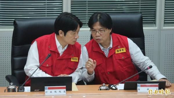 行政院長賴清德與內政部長葉俊榮討論颱風動向。(記者陳薏云攝)
