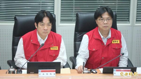 行政院長賴清德(左)首度前往中央災害應變中心視察。(記者陳薏云攝)