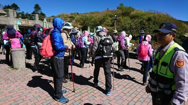 新城警分局合歡派出所警員也至合歡山區各登山步道向遊客實施宣導及勸離。(警方提供)