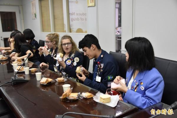 斗南警分局招待4位外籍學生品嘗台灣味的餅乾冰淇淋及古坑咖啡。(記者黃淑莉攝)