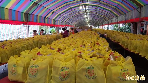 新竹市長和宮封街「眾街普」,參加人數超過1萬2千人,打破歷年紀錄。(記者蔡彰盛攝)