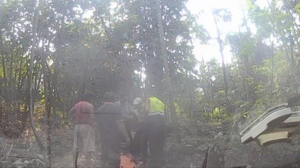 警方與筍農合力救出老翁。(記者詹士弘翻攝)