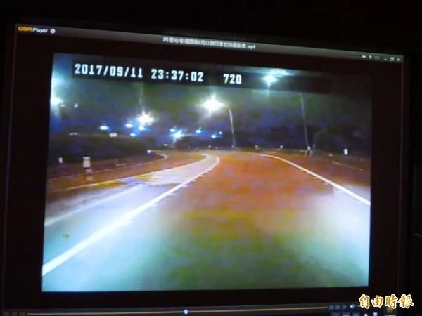 客運於11點37分02秒從匝道進入高速公路。(記者黃旭磊攝)