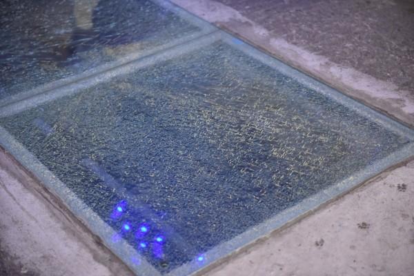 新機隧道商店街的強化玻璃破了,蜘蛛網狀裂痕讓遊客看了怕怕的。(民眾提供)(記者花孟璟攝)