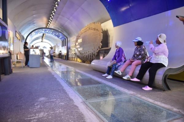 新機隧道商店街的強化玻璃破裂,鄉公所表示施工有瑕疵。(民眾提供)(記者花孟璟攝)