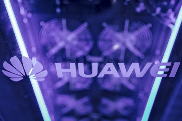 中國智慧手機製造商華為今年稍後將在日本設立研發中心,為了吸引優秀的理工科系大學畢業生,祭出每月近4000美元(台幣12萬元)的優渥薪資,為日本大學畢業生平均起薪的1倍。 (彭博)