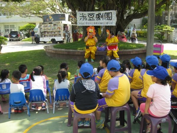 故事媽媽劇團將繪本故事搬到現場演出,增加小朋友的閱讀樂趣。(高市圖提供)