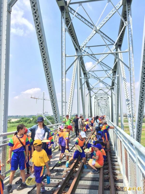 高屏溪舊鐵橋屏東端步道近日將重新開放。(記者羅欣貞攝)