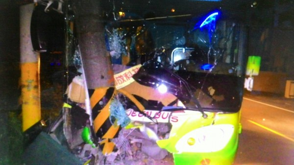 台苯交通車自撞電線桿,9人受傷。(記者洪臣宏翻攝)