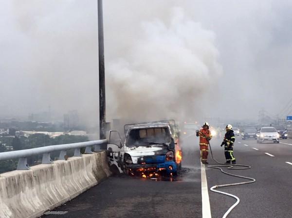 桃園市消防局獲報後,出動多部車輛前往搶救,2分鐘內控制火勢,並在半小時內清理殘火。(記者陳昀翻攝)