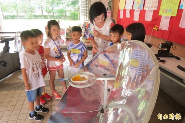 惠文國小搬來「太陽能悶燒鍋」用太陽能爆米花,讓學生認識太陽能。(記者蘇孟娟攝)