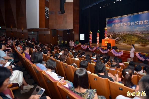 高雄市今天舉辦資深暨特殊優良教師表揚大會。(記者張忠義攝)
