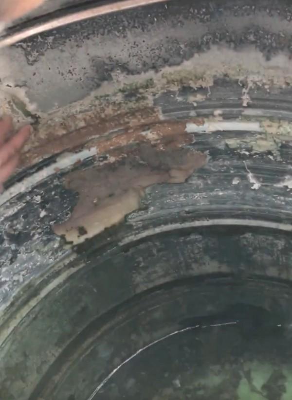 水塔內部沉積不少黃褐色的碳酸鈣沉積物。(記者陳冠備翻攝)